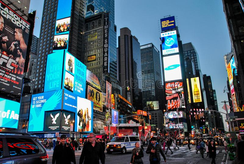 New York, EUA 3 de maio de 2013 ideia da noite da vida ocupada em torno do Times Square fotos de stock royalty free