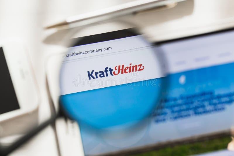 New York, EUA - 4 de março de 2019: Homepage oficial do Web site de Kraft Heinz sob a lupa Logotipo de Kraft Heinz visível sobre fotos de stock royalty free