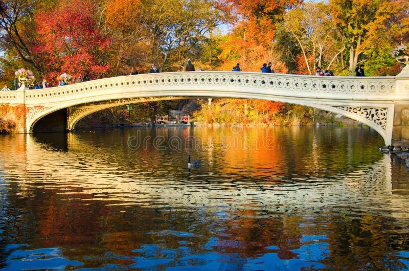 NEW YORK, EUA - 16 DE NOVEMBRO DE 2016: Povos que andam em uma ponte dentro fotos de stock