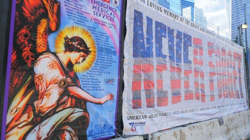 NEW YORK, NEW YORK, EUA - 15 DE SETEMBRO DE 2015: nunca para esquecer a bandeira memorável aos bombeiros ny matados sept na 1 imagens de stock