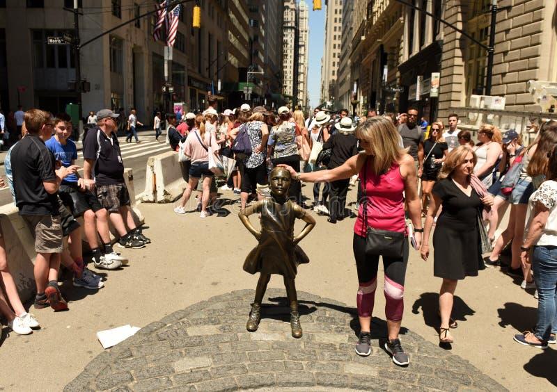 New York, EUA - em maio de 2018: Povos perto da escultura de carregamento de Bull em New York fotografia de stock royalty free