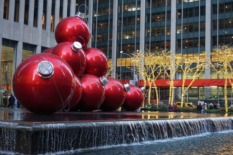 New York, EUA - em novembro de 2018 - decoração do Natal, bolas vermelhas gigantes ao lado do Radio City Music Hall no Rockefelle fotos de stock