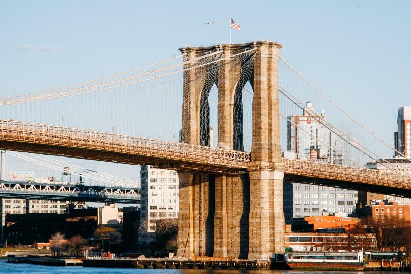 New York, EUA Fevereiro 2009 Vista panorâmica da ponte do dia de Brooklyn foto de stock royalty free