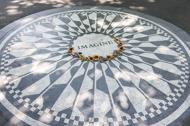 New York, EUA; junho, 22, 2017: John Lennon Memorial localizou no Central Park imagem de stock royalty free