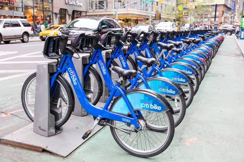 New York, EUA, o 1º de outubro de 2016: As bicicletas da cidade em Broadway prepararam-se para alugar O programa tem a parte a ma fotos de stock
