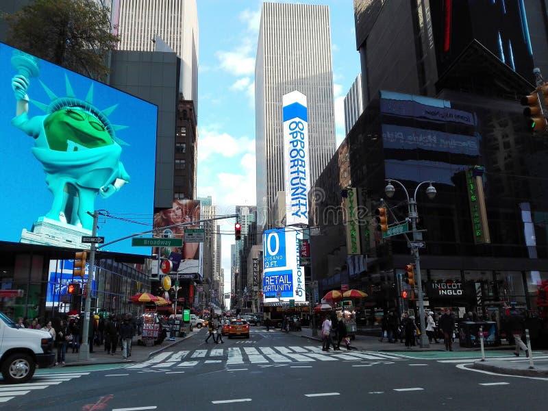 New York, EUA, o 2 de dezembro de 2016: Broadway muito crowdy em um dia de dezembro imagem de stock royalty free