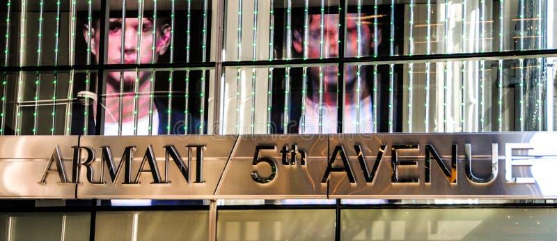 New York, EUA, o 3 de maio de 2013 Armani armazena na 5a avenida em Manhattan fotografia de stock royalty free