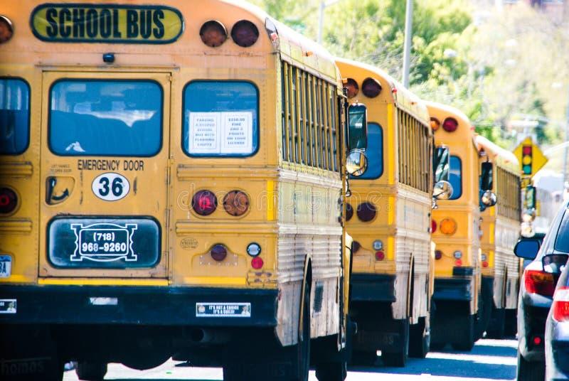 New York, EUA, o 3 de maio de 2013 A escola dos táxis e do ônibus em Manhattan, destacou no amarelo fotos de stock
