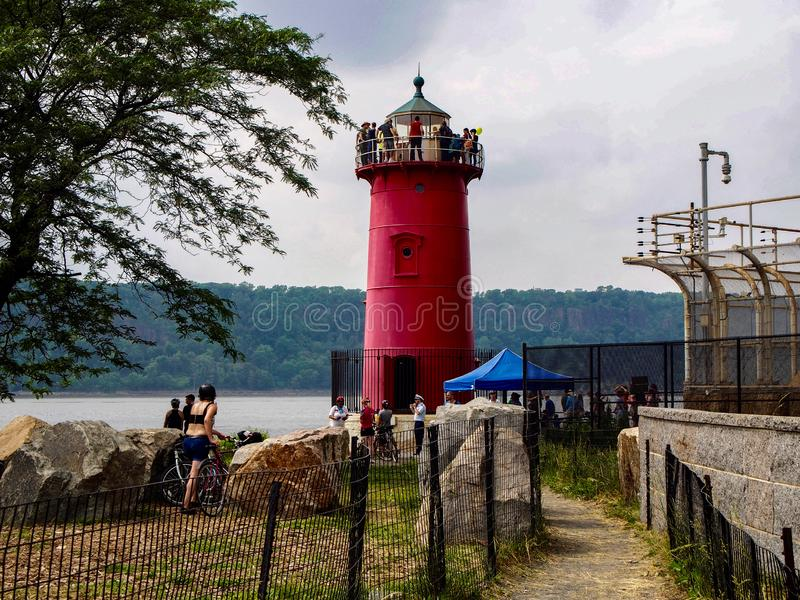 New York - Förenta staterna - folk som besöker den lilla röda fyren royaltyfria foton
