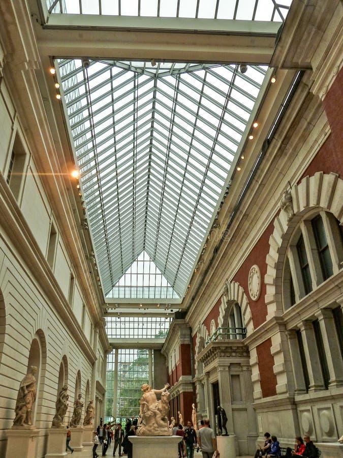 New York Förenta staterna - folket tycker om i det storstads- museet royaltyfria bilder