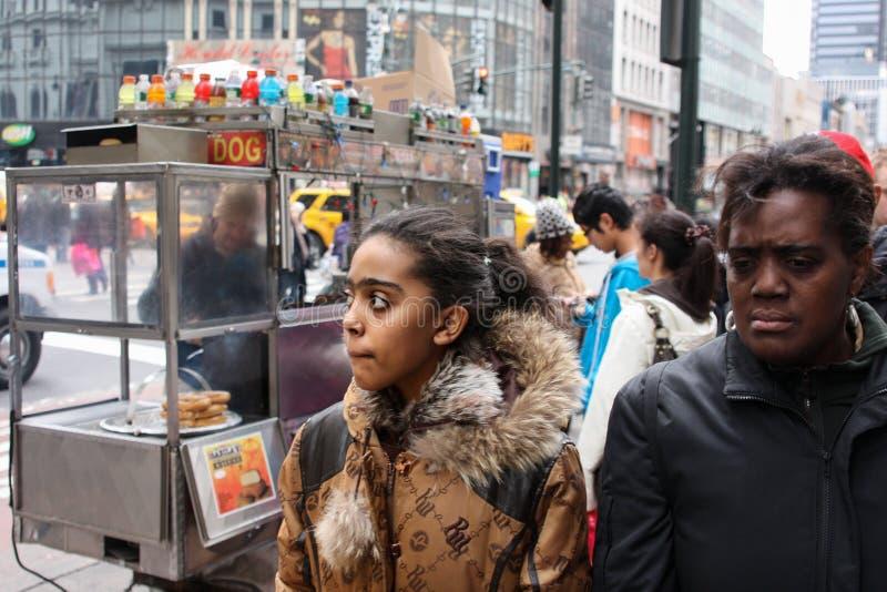 New York Förenta staterna - 26 November 2010 Två deprimerade svarta kvinnor är på gatorna av New York royaltyfri foto