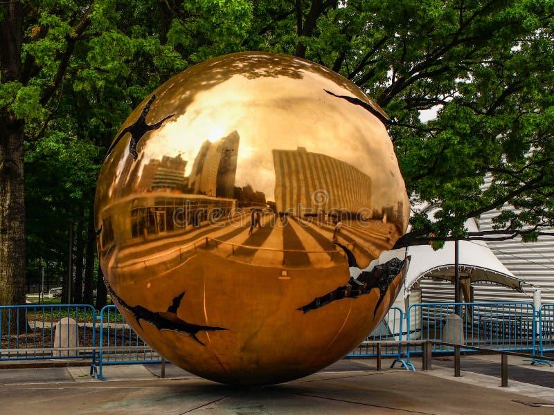 New York - Förenta staterna, 'sfär yttre skulptur inom för sfären 'i högkvarterbyggandet av Förenta Nationerna i nytt arkivbild