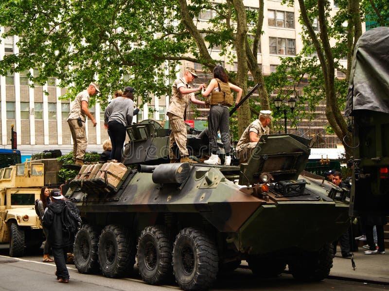 New York - Förenta staterna, USA flottor på en militär behållare som parkeras på gatan under en demonstration för allmänheten fotografering för bildbyråer