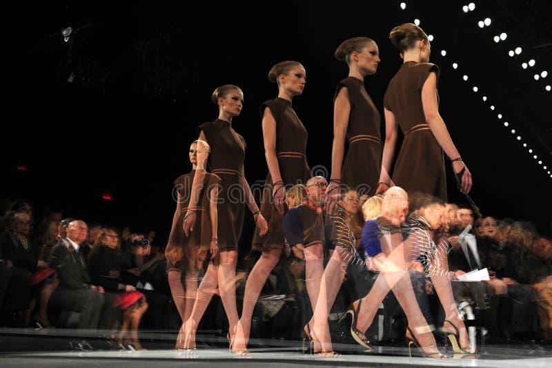 NEW YORK - FEBRUARI 10: En modell går landningsbanan på den Ralph Rucci modeshowen under nedgången 2013 royaltyfria foton