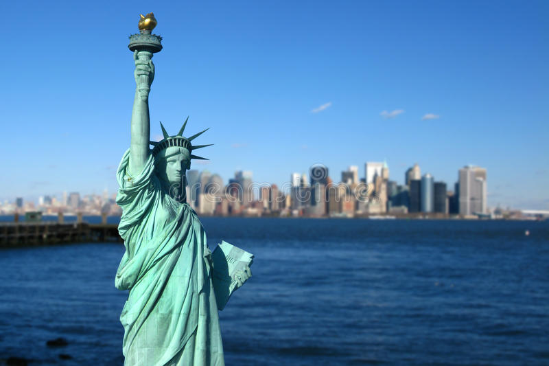 New York: Freiheitsstatue, Manhattan-Skyline lizenzfreies stockfoto