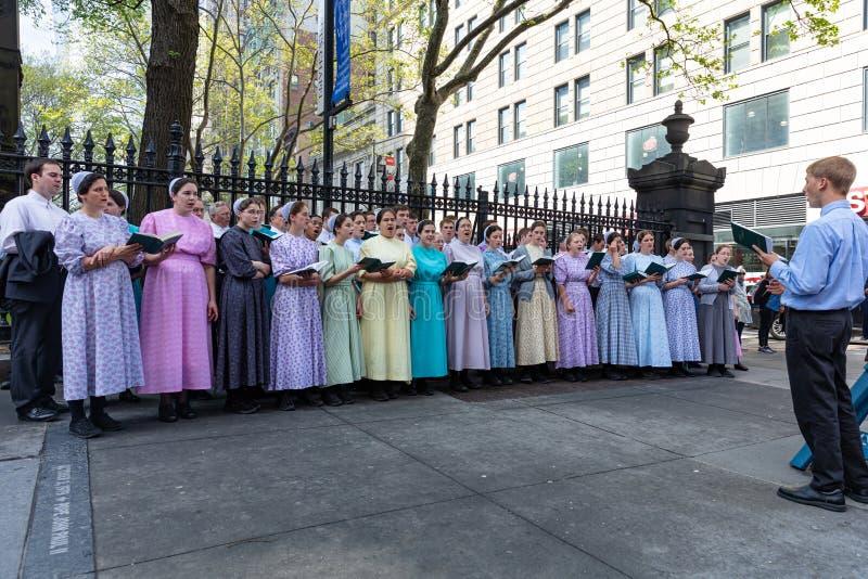 New York, groupe de personnes chantant dehors sur la rue images libres de droits