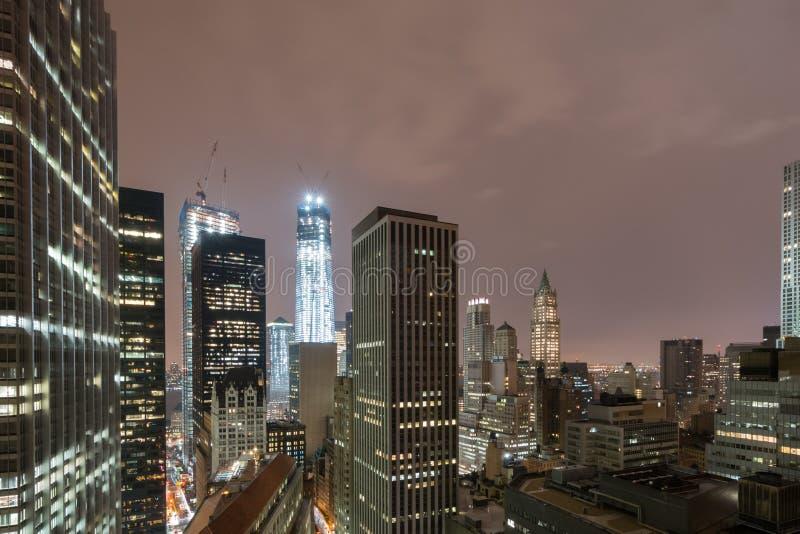 New York horisont på en dimmig natt arkivbild