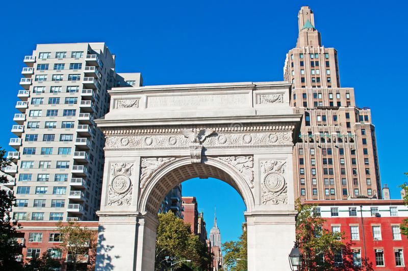 New York: horizon, wolkenkrabbers en Washington Square Arch op 15 September, 2014 stock afbeelding