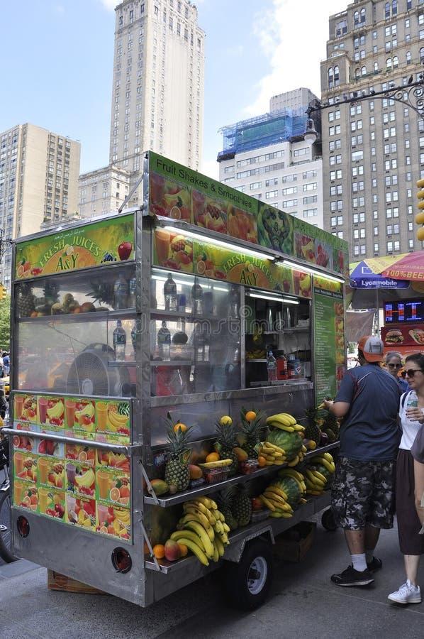 New York, le 1er juillet : Chariot de nourriture de Central Park dans Midtown Manhattan de New York City aux Etats-Unis images libres de droits