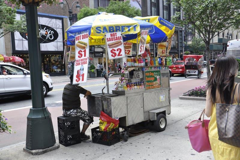 New York, le 2 juillet : Chariot de nourriture dans Midtown Manhattan de New York City aux Etats-Unis photographie stock libre de droits