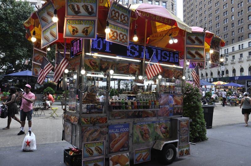 New York, le 2 juillet : Chariot de nourriture dans Midtown Manhattan de New York City aux Etats-Unis image stock