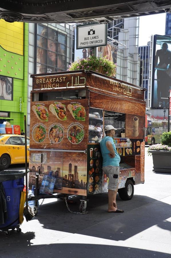 New York, le 2 juillet : Chariot de nourriture dans Midtown Manhattan de New York City aux Etats-Unis photos stock