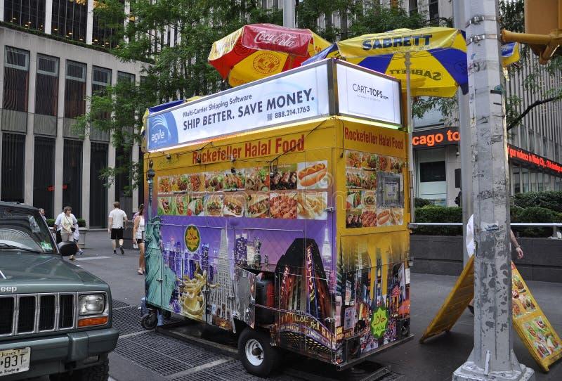 New York, le 2 juillet : Chariot de nourriture dans Midtown Manhattan de New York City aux Etats-Unis images libres de droits