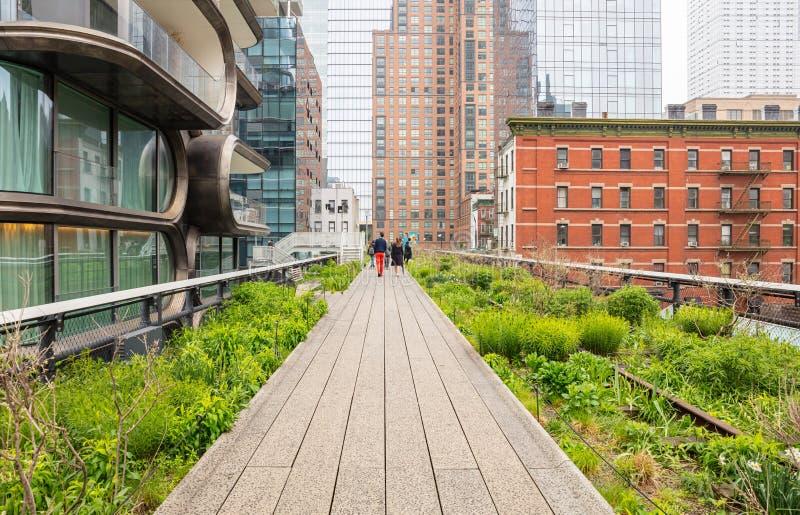 New York Les gens marchant sur Highline, le centre ville de Manhattan image libre de droits
