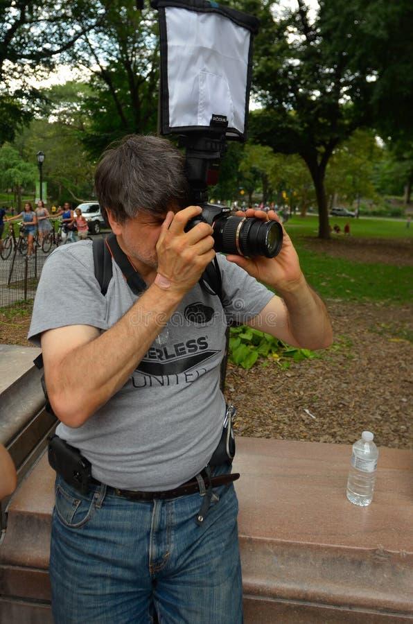 NEW YORK - 26 LUGLIO: La fucilazione del fotografo modella durante il primo evento ufficiale della vernice di carrozzeria immagini stock