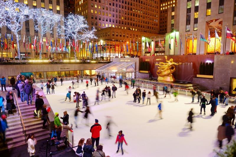 NEW YORK - MAART 18, 2015: De toeristen en Newyorkers schaatsen in de beroemde Rockefeller Center skatink piste, de Stad van New  stock afbeeldingen