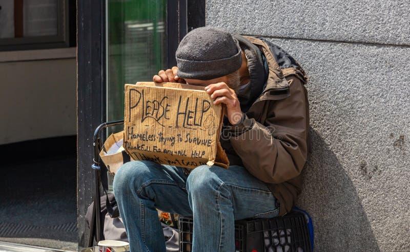 New York Manhattan centrum Hemlös man som rymmer ett papptecken som tigger arkivfoton