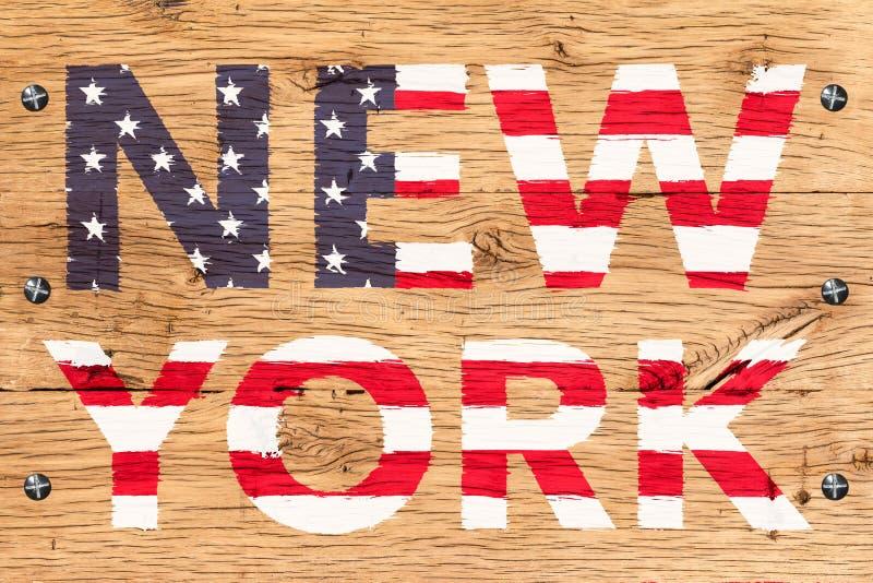 New York met patroon van het oude eiken hout dat van vlagverenigde staten wordt geschilderd stock foto