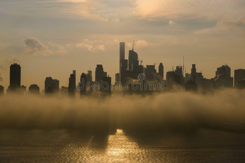 New York Midtown på soluppgång som täckas med dencedimma royaltyfri foto
