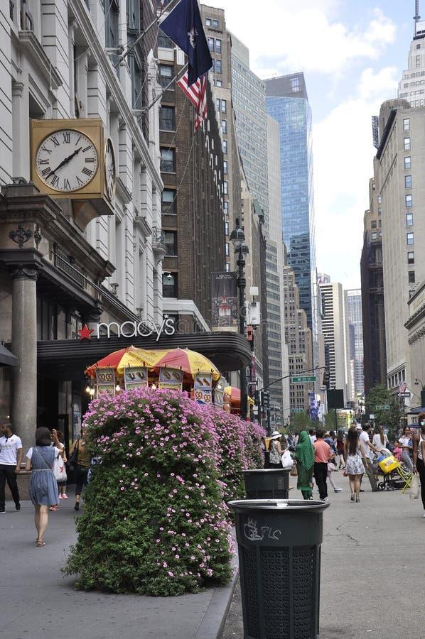 New York 2nd Juli: Lager för Macy ` s från Broadway i midtownen Manhattan från New York City i Förenta staterna royaltyfri fotografi