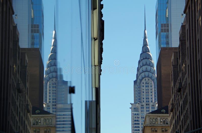New York, neues York Februar vierter: Das Chrysler-Gebäude und die Reflexion des Chrysler-Gebäudes gesehen in der Glasarchitektur lizenzfreies stockfoto
