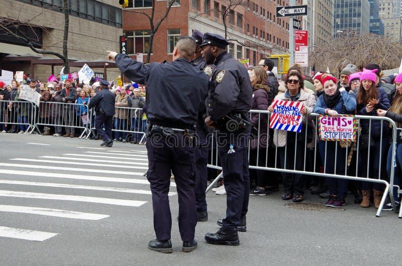 New York New York, USA Januari 21, 2017: NYPD på platsen för protest för marsch för kvinna` s i Manhattan, New York fotografering för bildbyråer