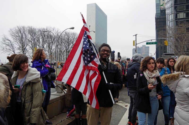 New York New York, USA Januari 21, 2017: Personer som protesterar samlar för marschen för kvinna` s i Manhattan, New York fotografering för bildbyråer