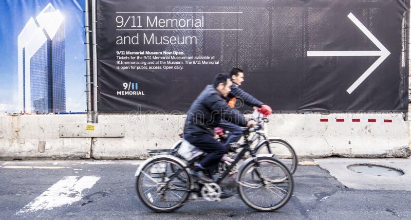 New York, New York - 4 novembre 2014 : deux hommes à vélo réverbère photos stock