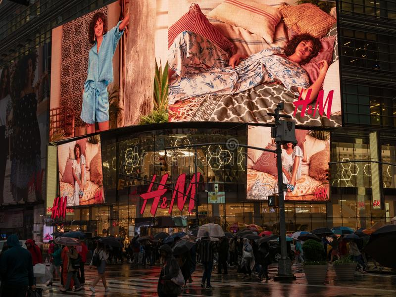 Ground level entrance of H&M retail location at 4 Times Square b. NEW YORK, NY – MAY 16, 2018: Ground level entrance and bright video screens of H&M stock image