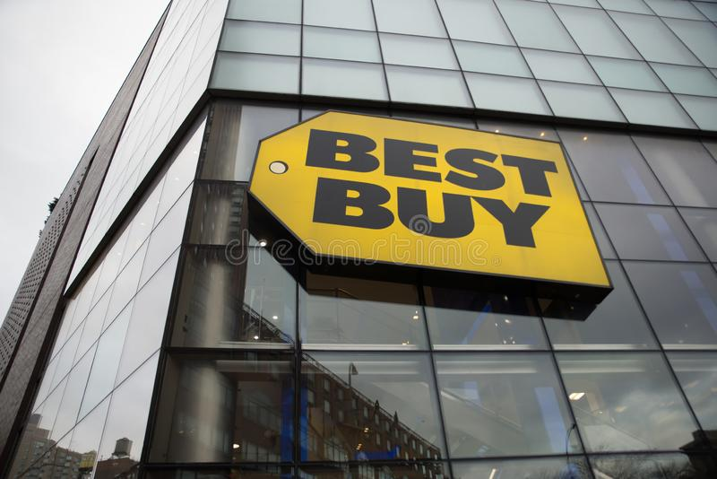 "NEW YORK NY-†""Januari 29 2010: Best Buy logotecken som hänger utanför lagerframdel i Union Square New York läge arkivfoto"