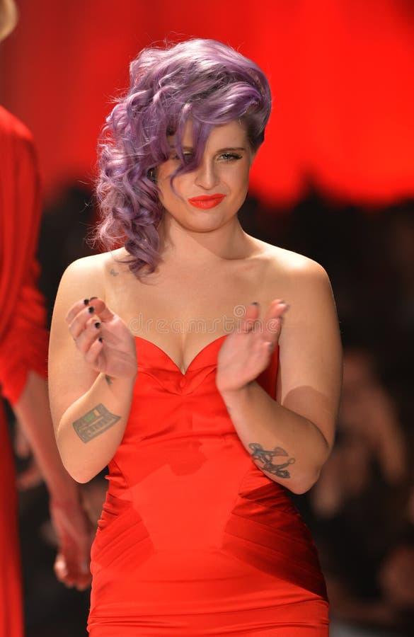 NEW YORK, NY - 6 FÉVRIER : Kelly Osbourne s'usant des promenades de Zac Posen la piste à la collection rouge de la robe de la véri photo stock