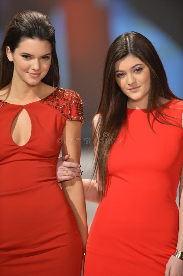NEW YORK, NY - 6 FÉVRIER : Kendall Jenner (l) s'usant des promenades de Badgley Mischka la piste à la collection rouge de la robe  photos stock