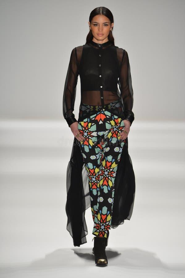 NEW YORK, NY - 9 FEBBRAIO: Un modello cammina la pista alla sfilata di moda F/W 2013 di Mara Hoffman durante la settimana di modo  immagine stock libera da diritti