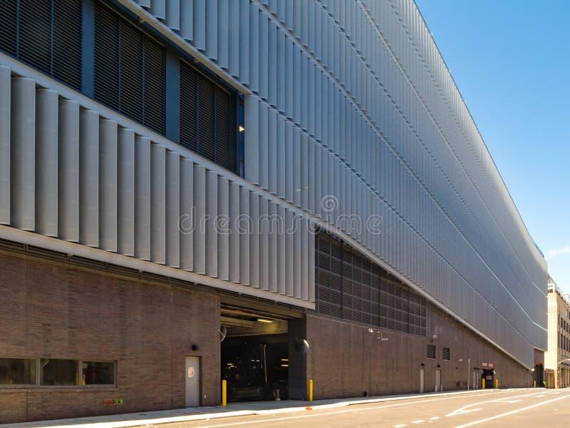 New York, NY - brede hoekmening van de moderne die garage van DSNY's in de Soho-sectie van Manhattan wordt gevestigd stock foto's
