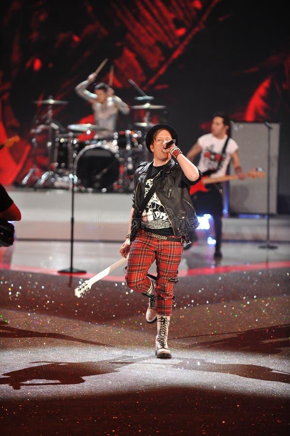 NEW YORK, NY - 13 DE NOVEMBRO: O músico Patrick Stump da faixa Fall Out Boy executa no desfile de moda 2013 de Victoria's Secret foto de stock royalty free