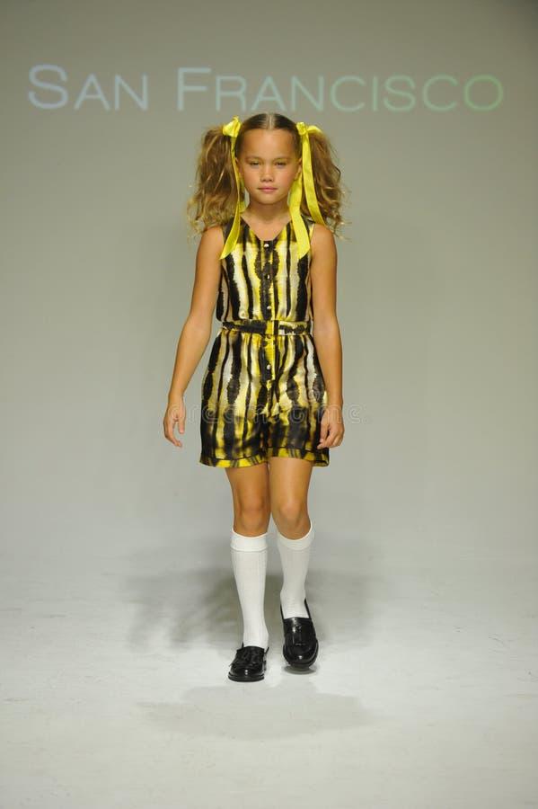 NEW YORK, NY - 18 DE OUTUBRO: Um modelo anda a pista de decolagem durante a estreia de Alivia Simone na pequeno semana de moda da imagem de stock