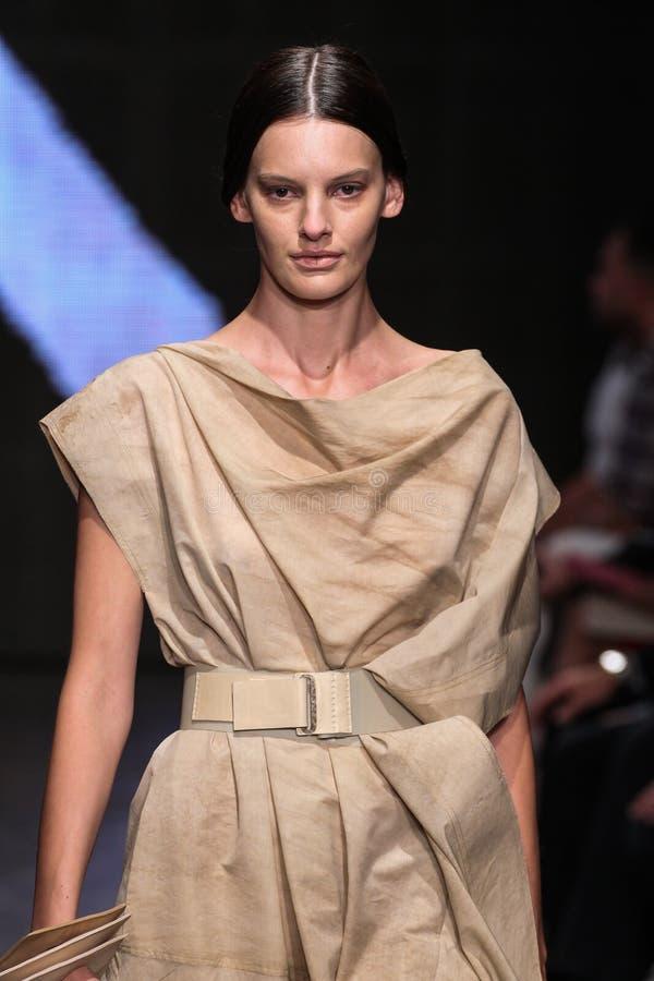 NEW YORK, NY - 8 DE SETEMBRO: Amanda Murphy modelo anda a pista de decolagem no desfile de moda 2015 de Donna Karan Spring imagens de stock