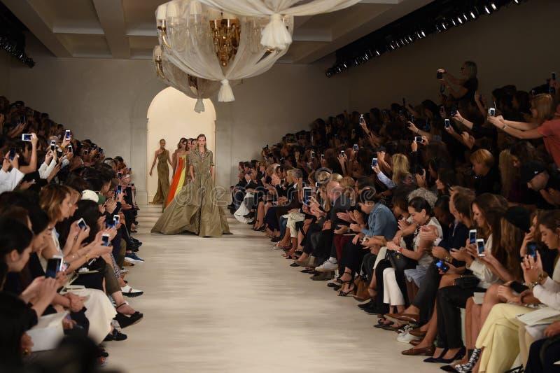 NEW YORK, NY - 11 DE SETEMBRO: Caminhada dos modelos o final da pista de decolagem no desfile de moda de Ralph Lauren foto de stock royalty free