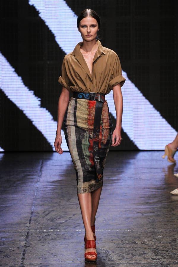 NEW YORK, NY - 8 DE SETEMBRO: Caminhada modelo de Vasilisa Pavlova a pista de decolagem no desfile de moda 2015 de Donna Karan Sp fotografia de stock