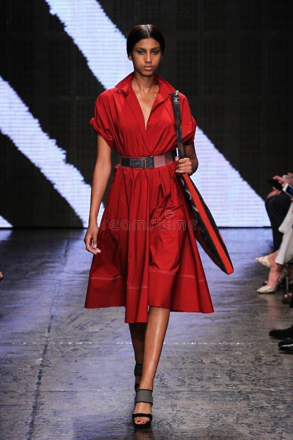 NEW YORK, NY - 8 DE SETEMBRO: Imaan Hammam modelo anda a pista de decolagem no desfile de moda 2015 de Donna Karan Spring foto de stock royalty free